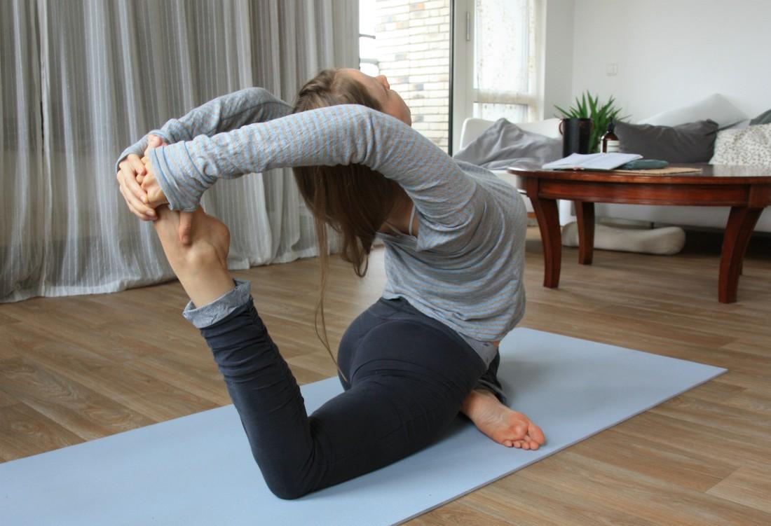 yoga houding de duif stretch bovenrug