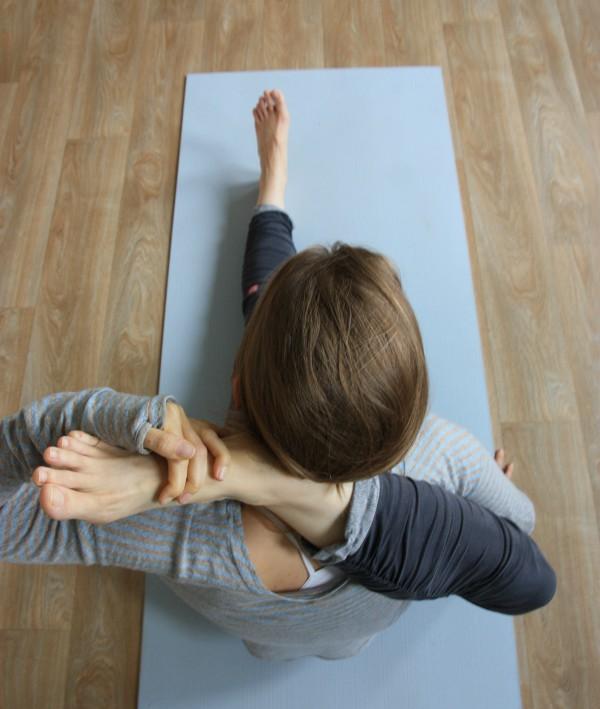 yoga been in je nek leggen
