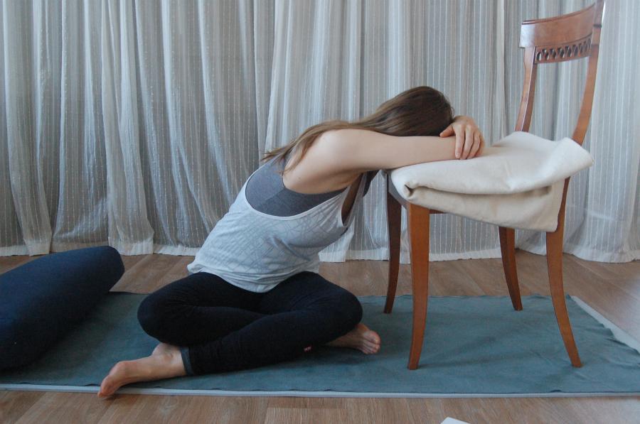 yoga kleermakerszit twisting tegen hoofdpijn migraine