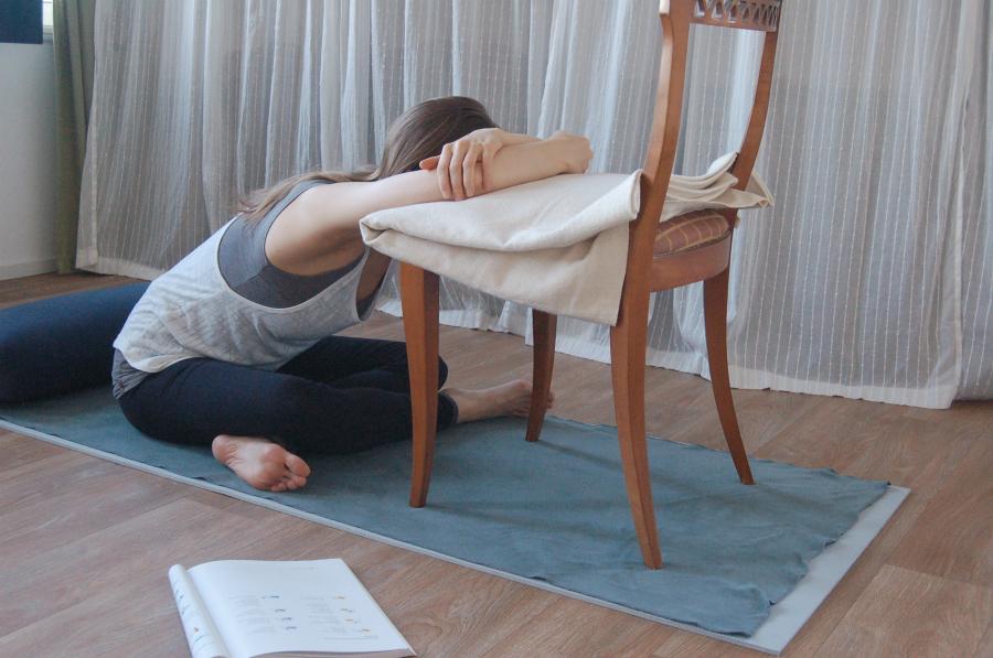 yoga tegen migraine hoofdpijn kleermakerszit vooroverbuiging