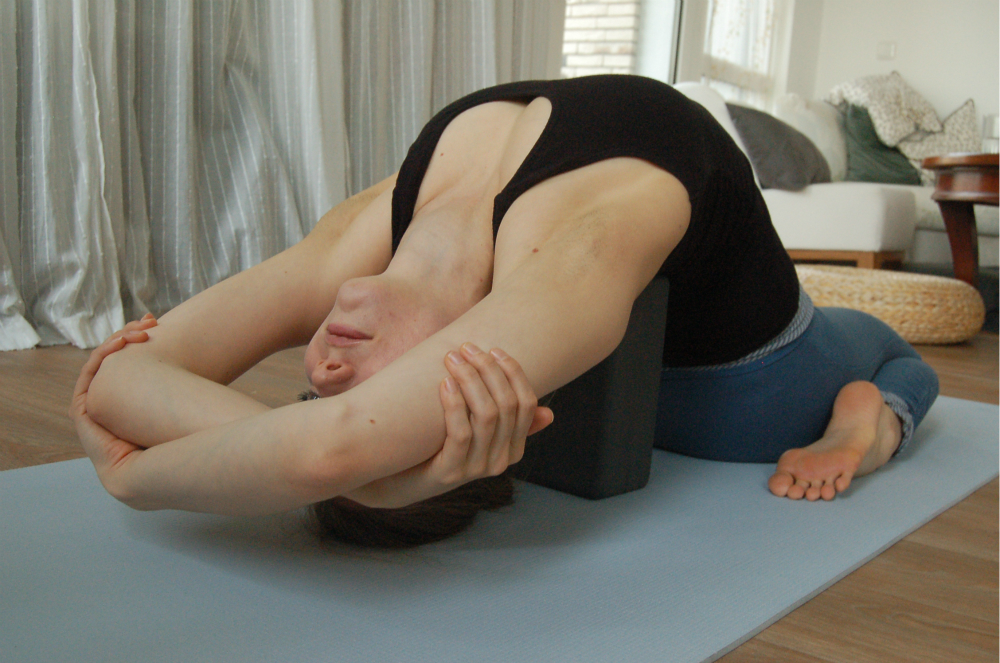 yoga achteroverbuiging manduka blok virasana