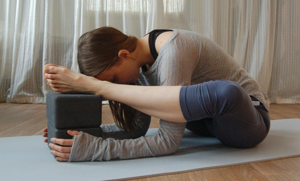 yoga heupopeners blok hulp bij benen in nek leggen