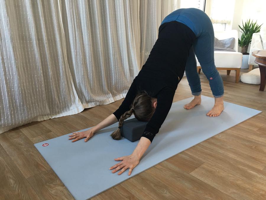 yoga hondhouding restoratief oefenen voorhoofd op yogablok foam manduka