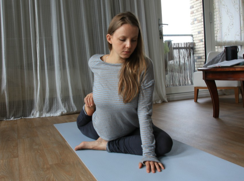 yoga houding de duif stretch bovenbeen