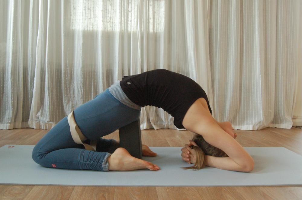yoga achteroverbuiging kapotasana backbend props