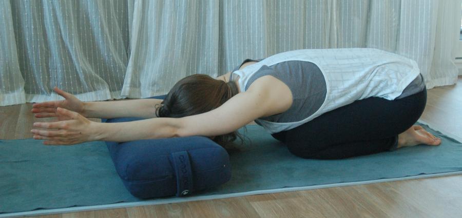 yoga kindhouding yoga houdingen tegen hoofdpijn