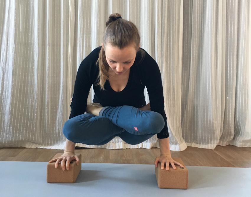yoga kracht tolasana ut plutihi armbalans yogablokken
