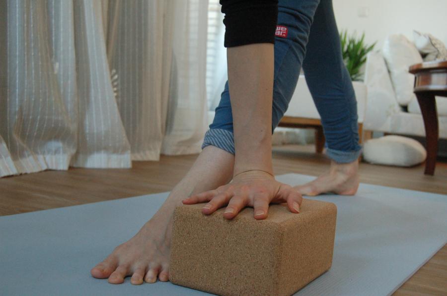 yoga kurkblok manduka parivrtta trikonasana met hulp