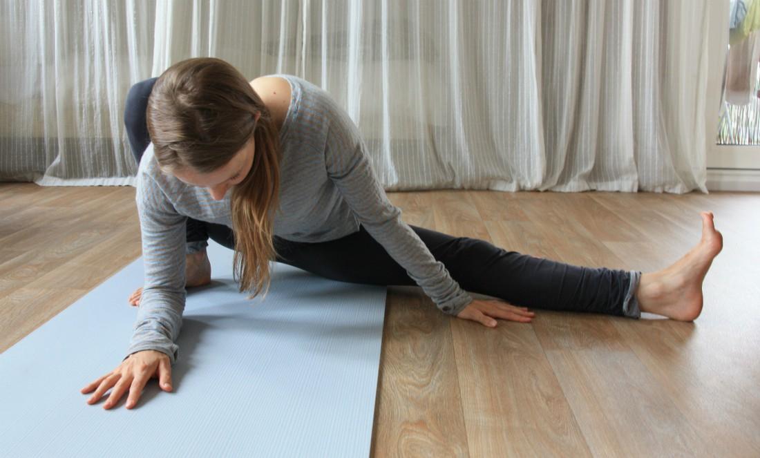 yoga houding stretch halve split samakonasana
