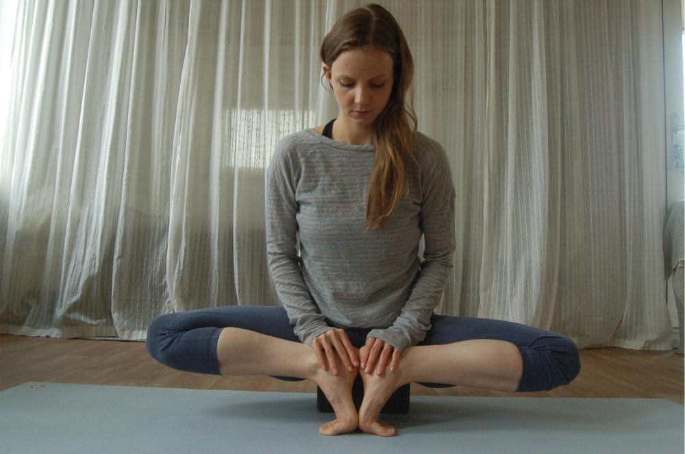 yoga heupopener mula bandhasana manduka yogablok