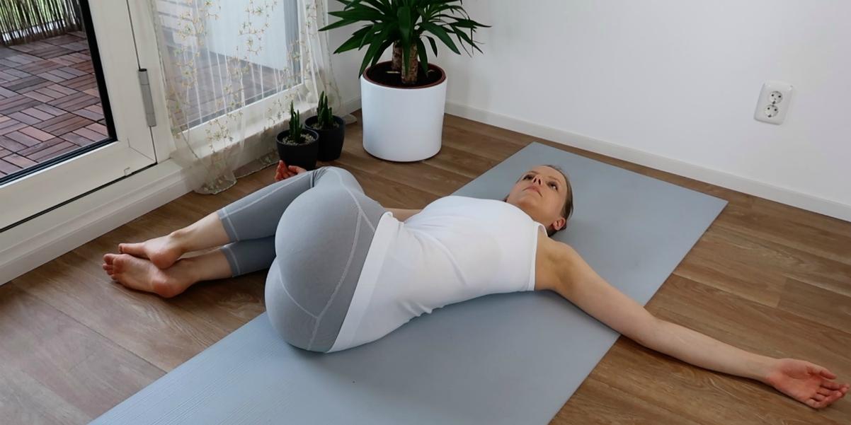 yoga oefeningen voor de onderrug - liggende twist